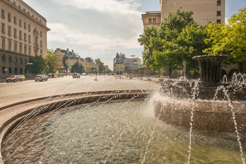 Fontaine au centre de la ville de Sofia photos libres de droits