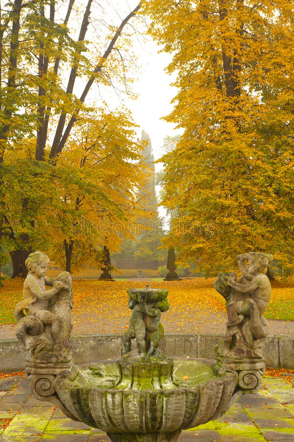 Fontaine automnale photo stock