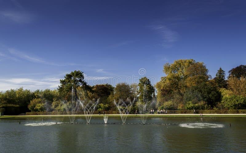 Fontaine aux jardins du château De Versailles photos stock
