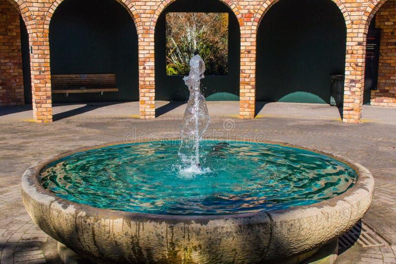 Fontaine avec des piliers dans le gorund arrière photos libres de droits