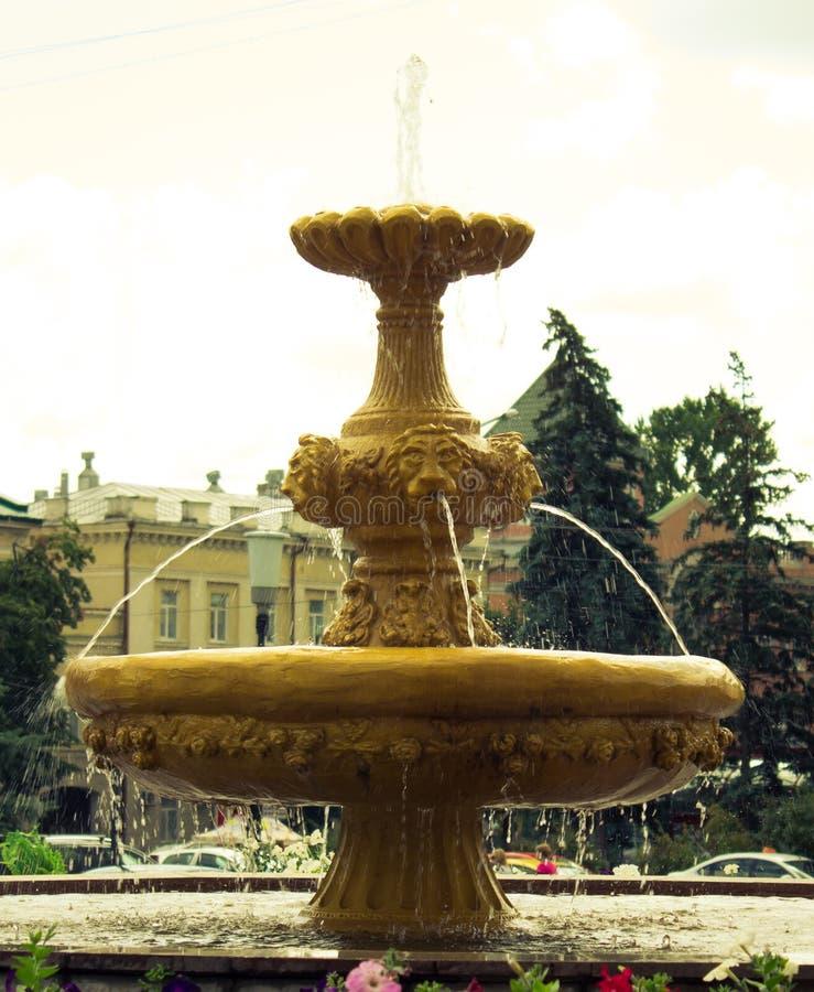 Fontaine avec des têtes de lion photographie stock libre de droits