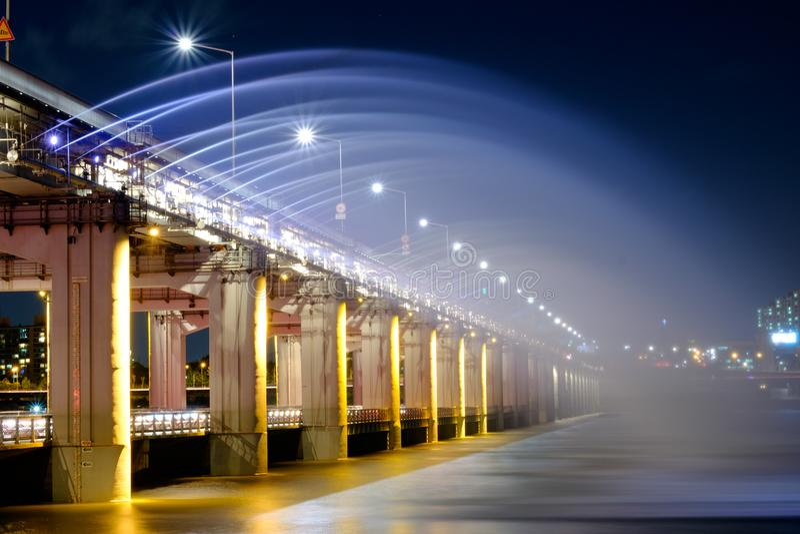 Fontaine avec l'exposition légère au pont de Banpo photographie stock libre de droits