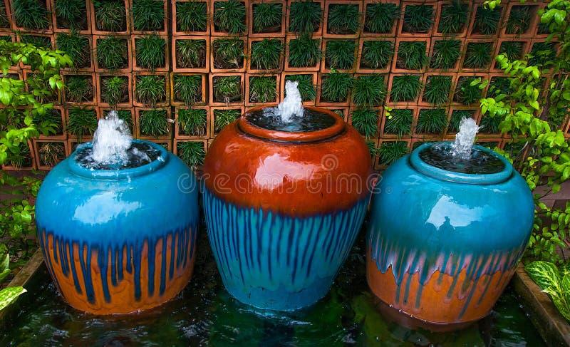 Fontaine avec la poterie de terre image libre de droits