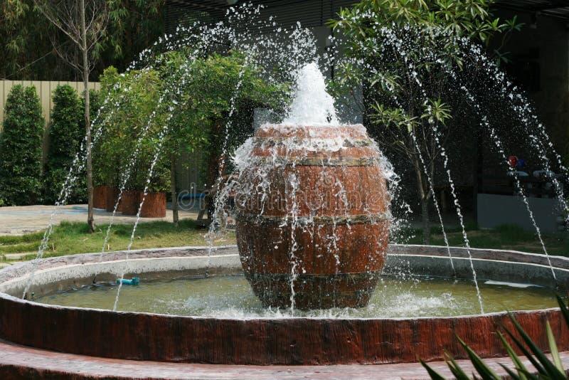 Fontaine avec le grand pot dans un jardin image stock image du nature paisible 68685945 - Grand pot jardin ...