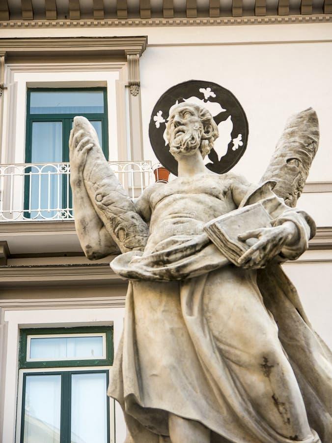 Fontaine avec St Andrew sur sa croix avec des anges et des nymphes au-dessous de lui dans la belle ville d'Amalfi en Italie du su photo libre de droits