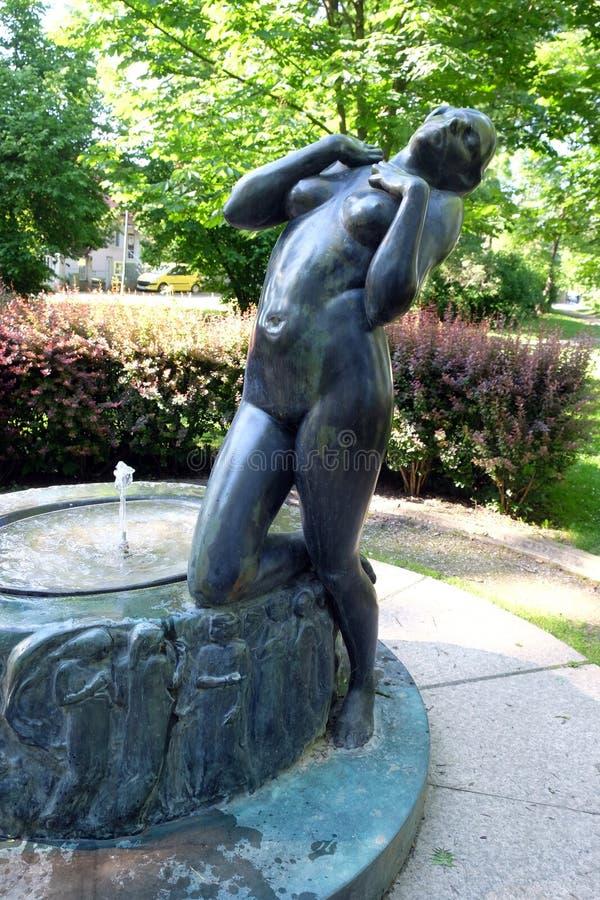 Fontaine avec une élégie de sculpture par le sculpteur croate célèbre Ivana Franges sur le perivoj de Rokov à Zagreb image stock