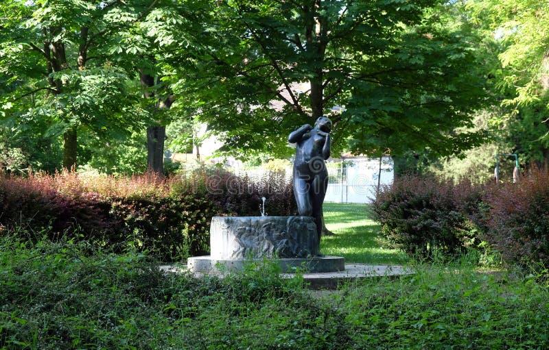 Fontaine avec une élégie de sculpture par le sculpteur croate célèbre Ivana Franges sur le perivoj de Rokov à Zagreb photo stock