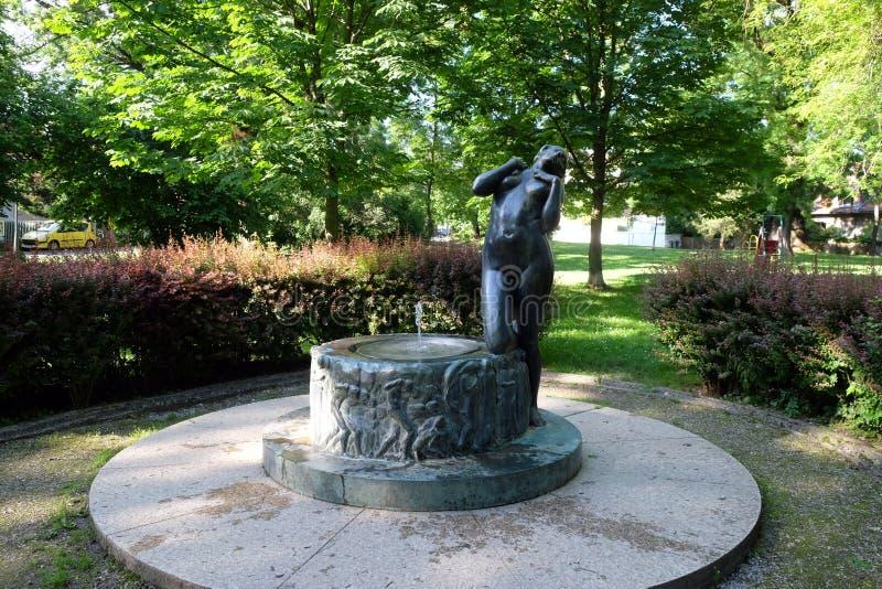 Fontaine avec une élégie de sculpture par le sculpteur croate célèbre Ivana Franges sur le perivoj de Rokov à Zagreb images libres de droits