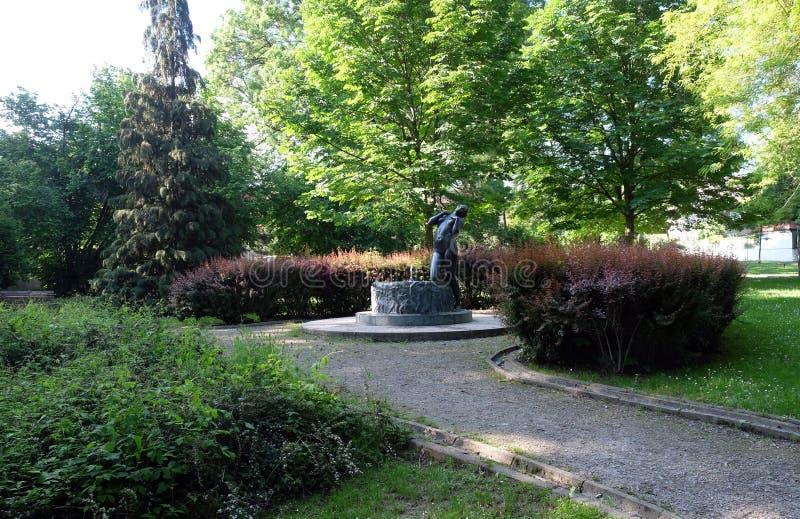 Fontaine avec une élégie de sculpture par le sculpteur croate célèbre Ivana Franges sur le perivoj de Rokov à Zagreb photographie stock