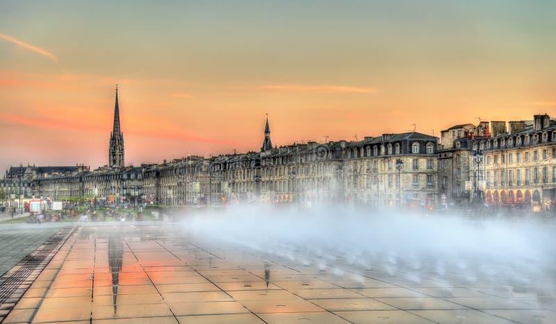 Fontaine célèbre de miroir de l'eau devant Place de la Bourse en Bordeaux, France images libres de droits