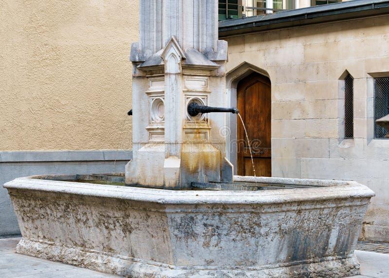 Fontaine chez Helferei sur la place de Zwingliplatz à Zurich photo libre de droits