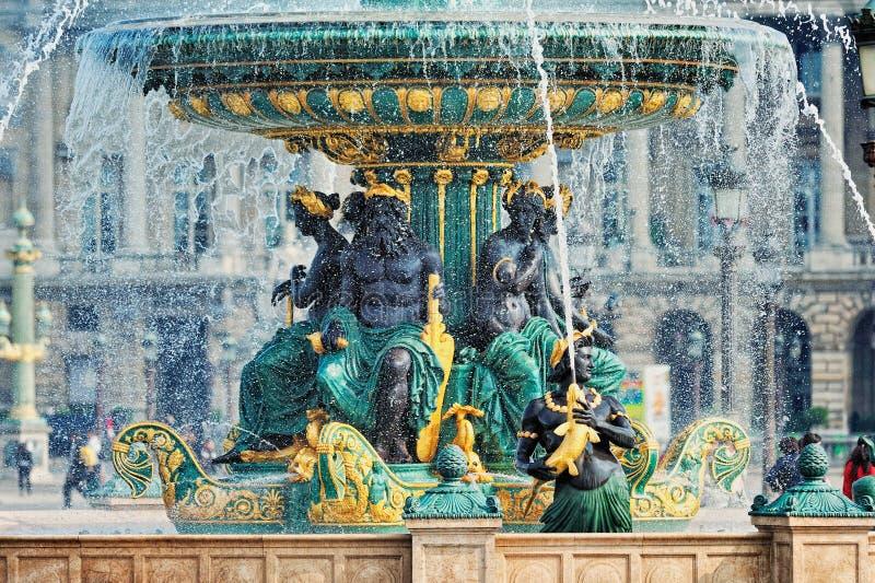 Fontaine chez le Place de la Concorde images stock