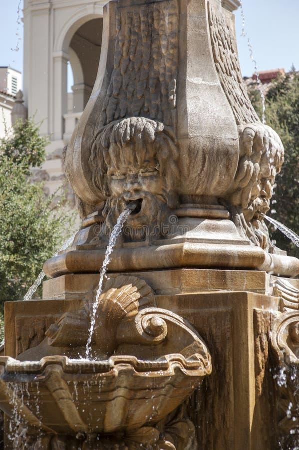Fontaine civique en pierre sculptée fleurie image stock