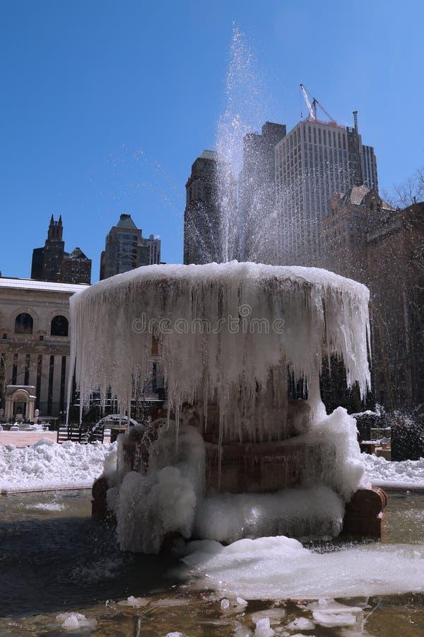 Fontaine congelée en Bryant Park, Midtown Manhattan photos stock