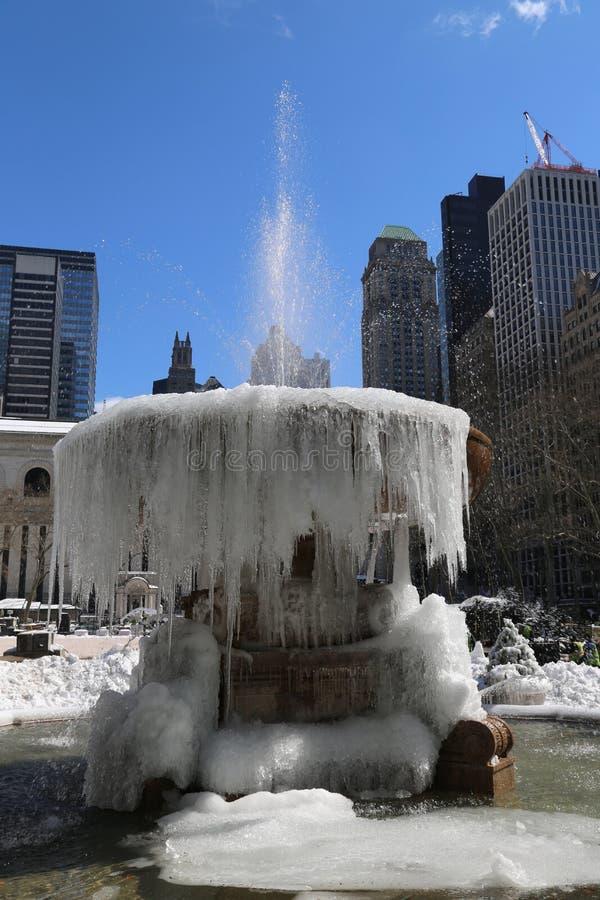 Fontaine congelée en Bryant Park, Midtown Manhattan images libres de droits
