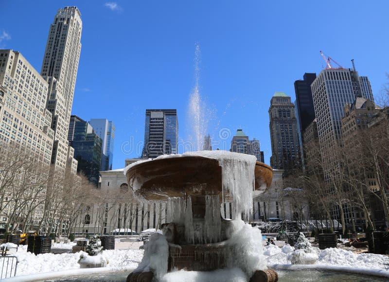 Fontaine congelée en Bryant Park, Midtown Manhattan photos libres de droits