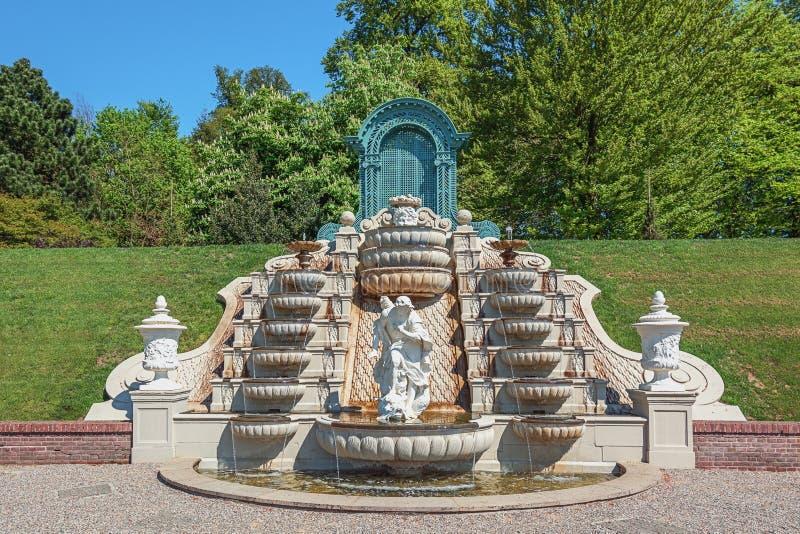 Fontaine décorative dans le jardin des toilettes de Het de palais image libre de droits