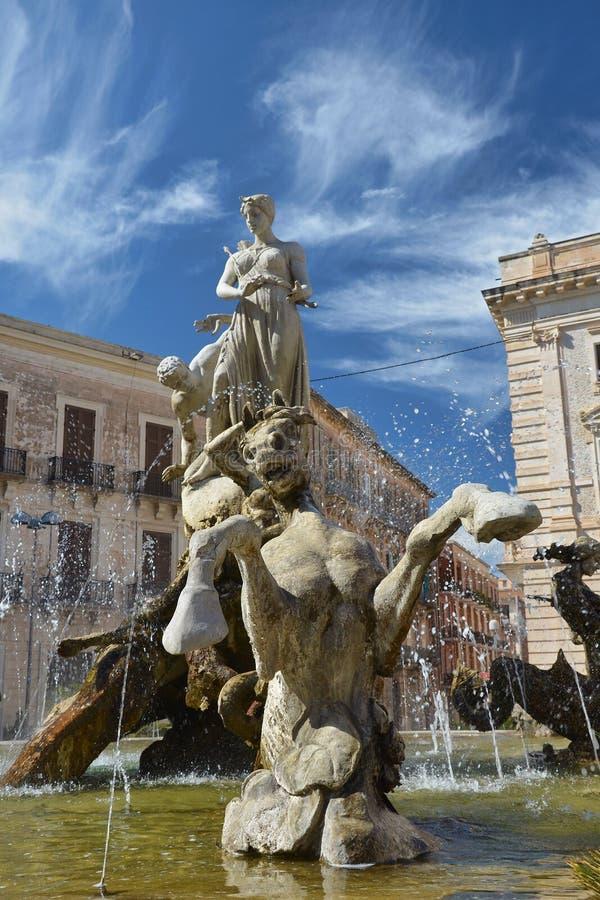Fontaine d'Artemide à Syracuse, Sicile, Italie image libre de droits