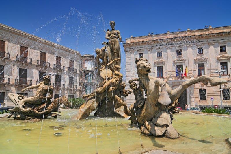Fontaine d'Artemide dans la ville historique de Syracuse en Sicile Italie image libre de droits
