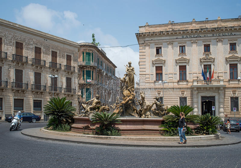 Fontaine d'Artemis dans la place d'Archimede, Siracusa Ortigia, Sicile, Italie photos stock