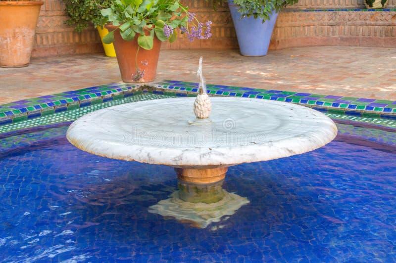 Fontaine d'eau au jardin Jardin Majorelle de Majorelle images stock