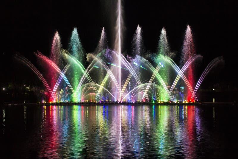 Fontaine d'eau colorée image stock