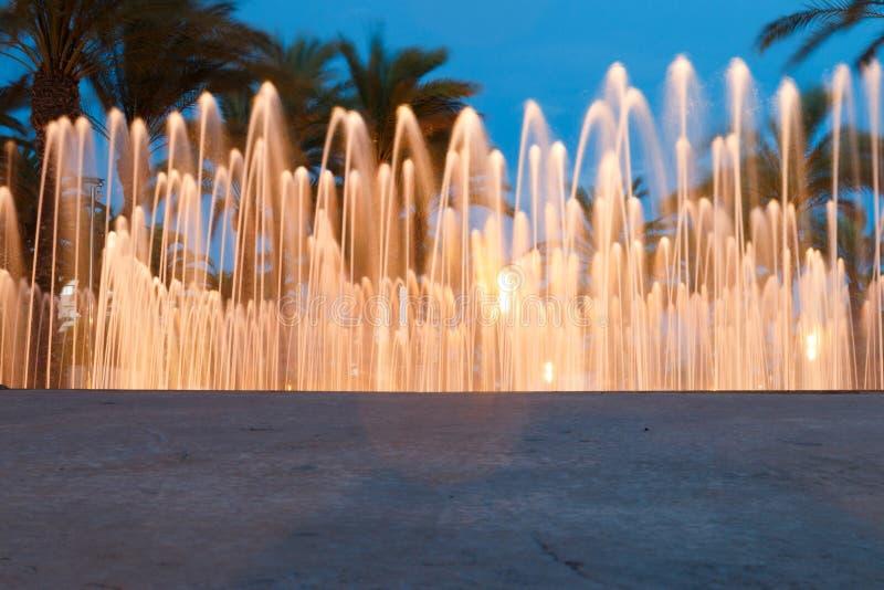 Fontaine d'eau colorée photo stock