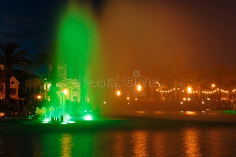 Fontaine d'eau colorée images libres de droits
