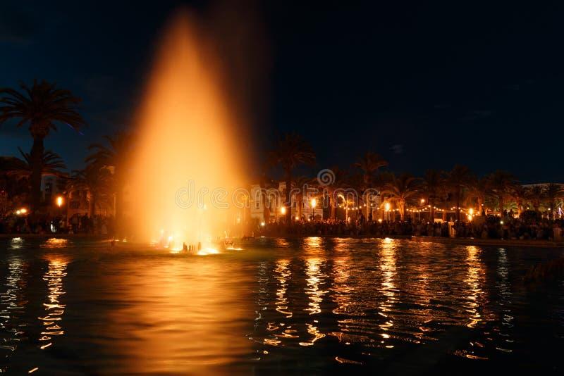 Fontaine d'eau colorée photos libres de droits