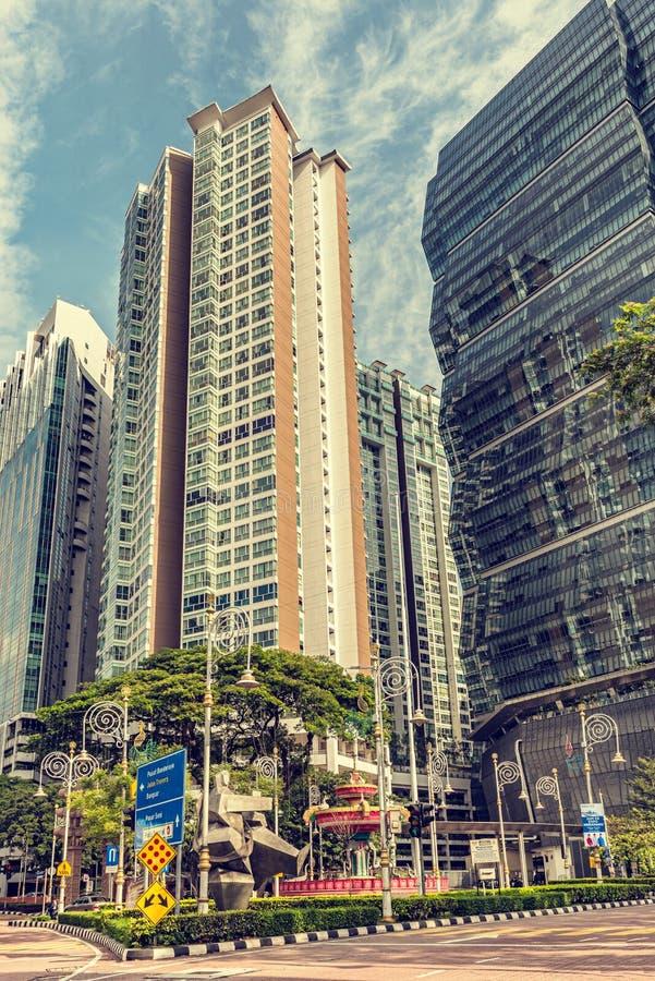 Fontaine d'eau colorée devant l'immeuble à Kuala images stock