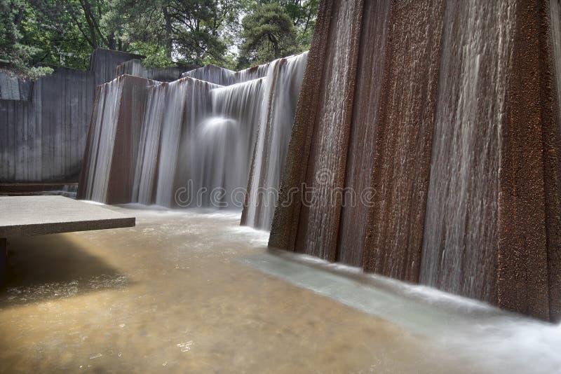 Fontaine d'eau de parcs publics images stock