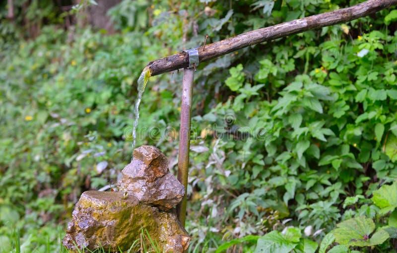 Fontaine d'eau de village images stock