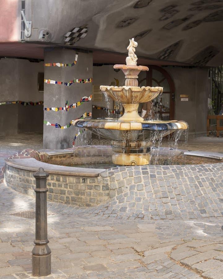 Fontaine d'eau en céramique à l'entrée Terrassencafe Im Hundertwasserhaus, Vienne images stock