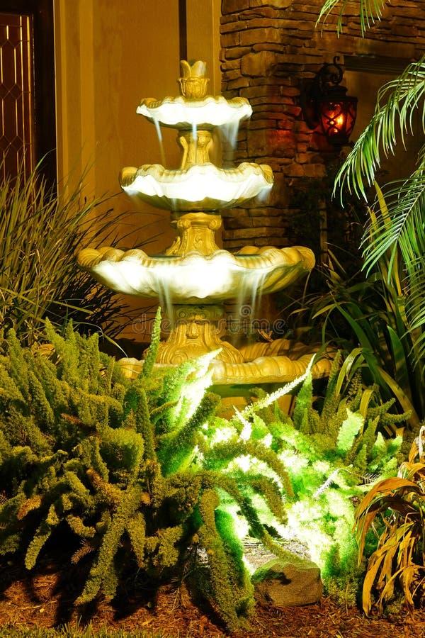 Fontaine d'eau légère photo libre de droits