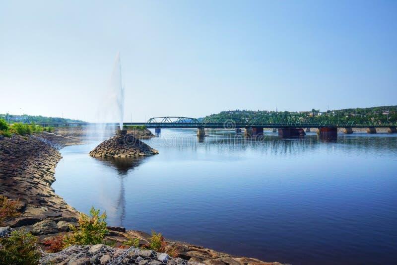 Fontaine d'eau par le pont photographie stock libre de droits