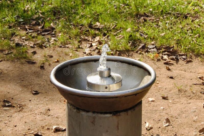 Fontaine d'eau potable dans la fin de parc  photo stock