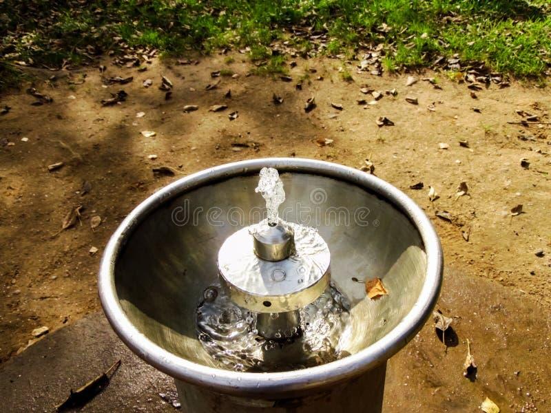 Fontaine d'eau potable dans la fin de parc  image libre de droits