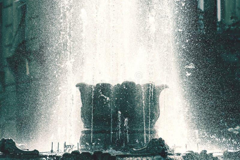 Fontaine d'eau publique en été photographie stock libre de droits