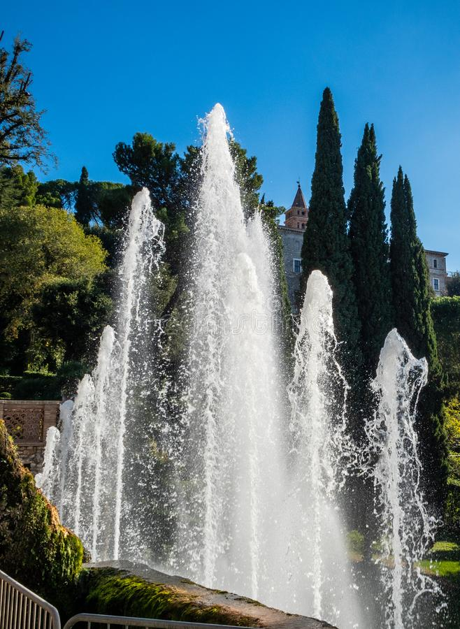 """Fontaine d'organe avec un arc-en-ciel dans les jets d'eau à la villa D """"Este dans Tivoli, Italie image libre de droits"""
