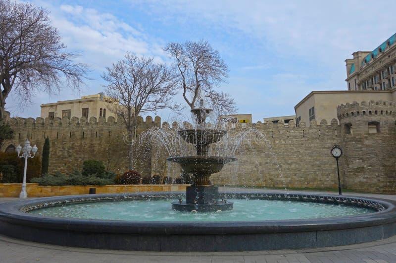Fontaine dans des jardins de Philarmonic de Bakou, Azerbaïdjan photo libre de droits