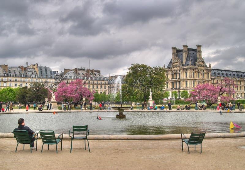 Fontaine dans des jardins de Tuileries image libre de droits