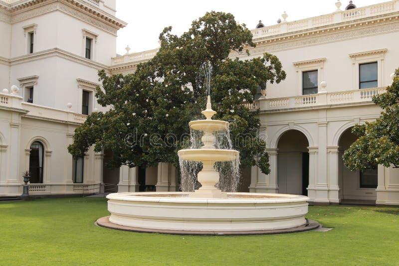 Fontaine dans la Chambre de gouvernement à Melbourne, Victoria photographie stock
