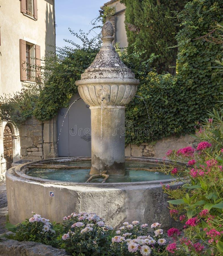 Fontaine dans la laitue romaine de La de Vaison photographie stock