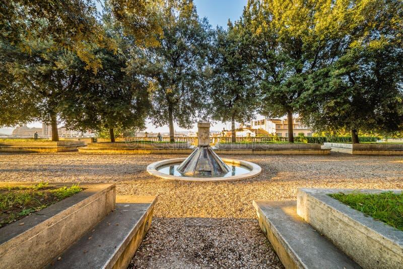 Fontaine dans la négligence de parc de Rome image libre de droits