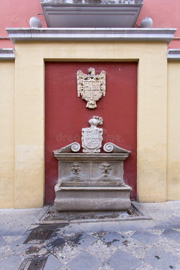 Fontaine dans la plaza del Padre Suárez à Grenade photo stock