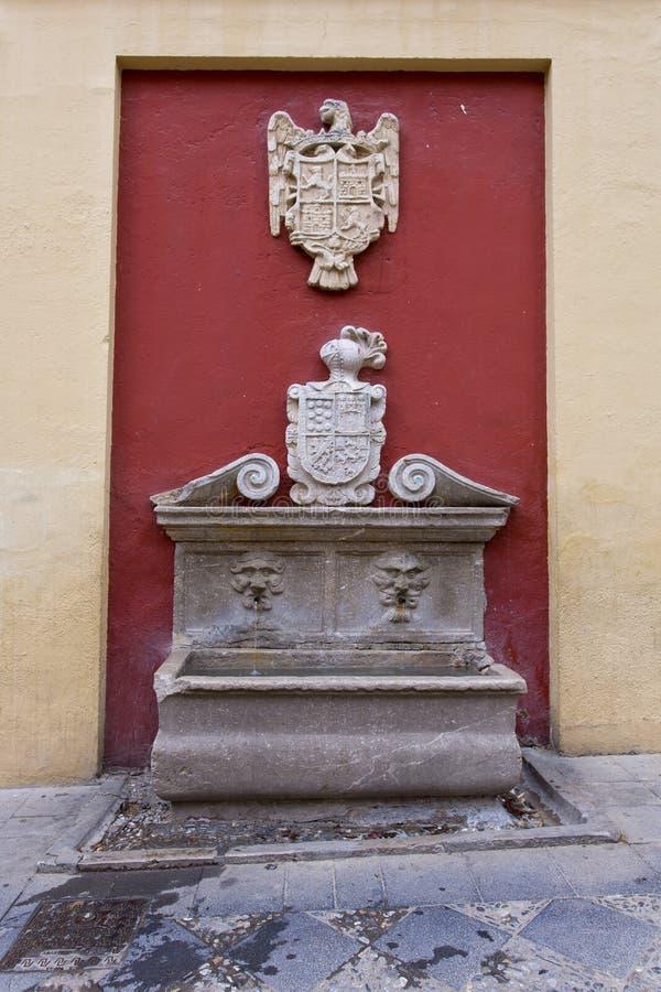 Fontaine dans la plaza del Padre Suárez à Grenade photographie stock