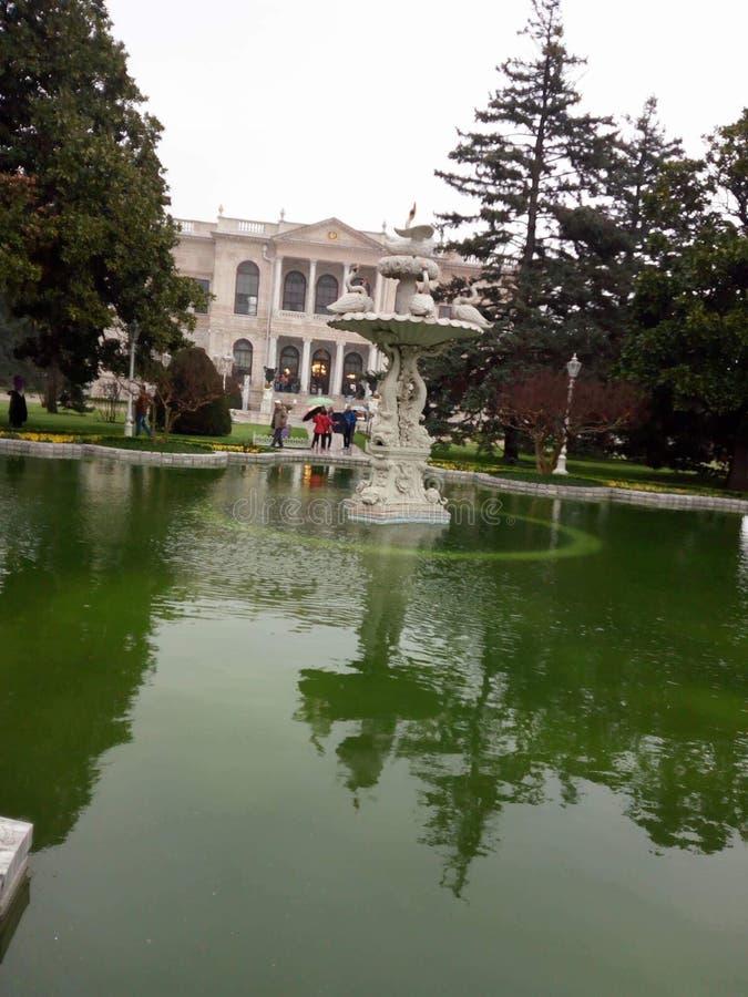 Fontaine dans la vieille architecture Istanbul de bâtiments de jardin photographie stock libre de droits