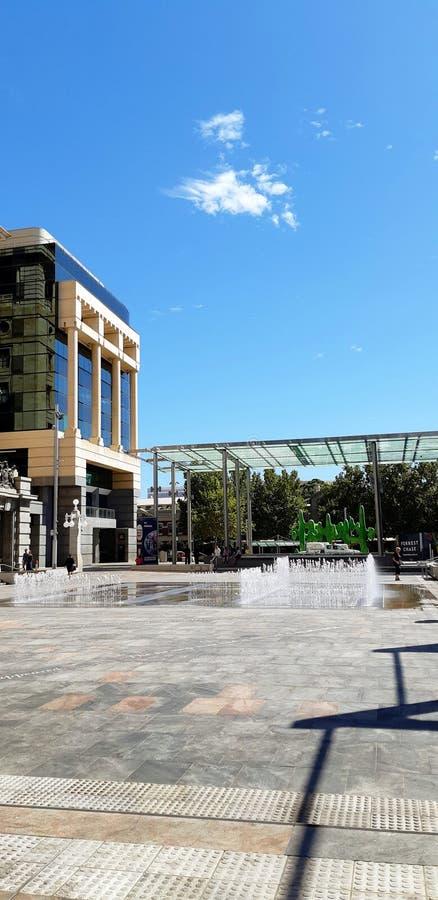 Fontaine dans la ville images stock