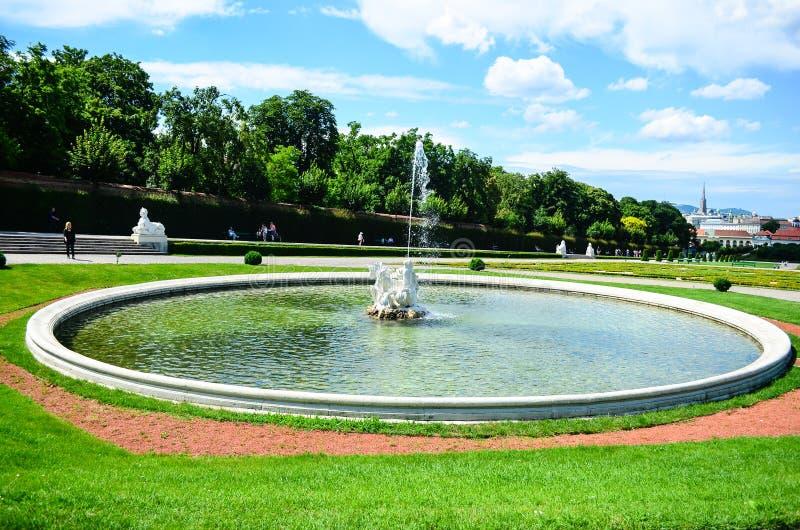 Fontaine dans le belvédère de palais d'été à Vienne image stock