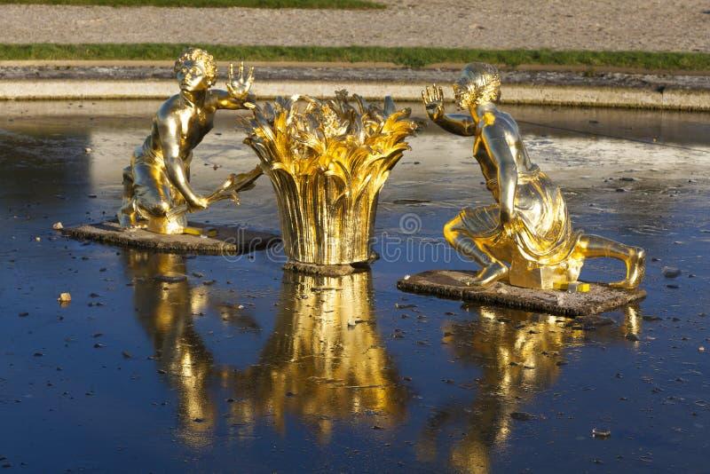 Fontaine dans le château de Versailles photos libres de droits